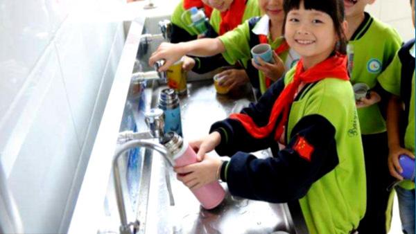 学校直饮水机保障学生饮水安全